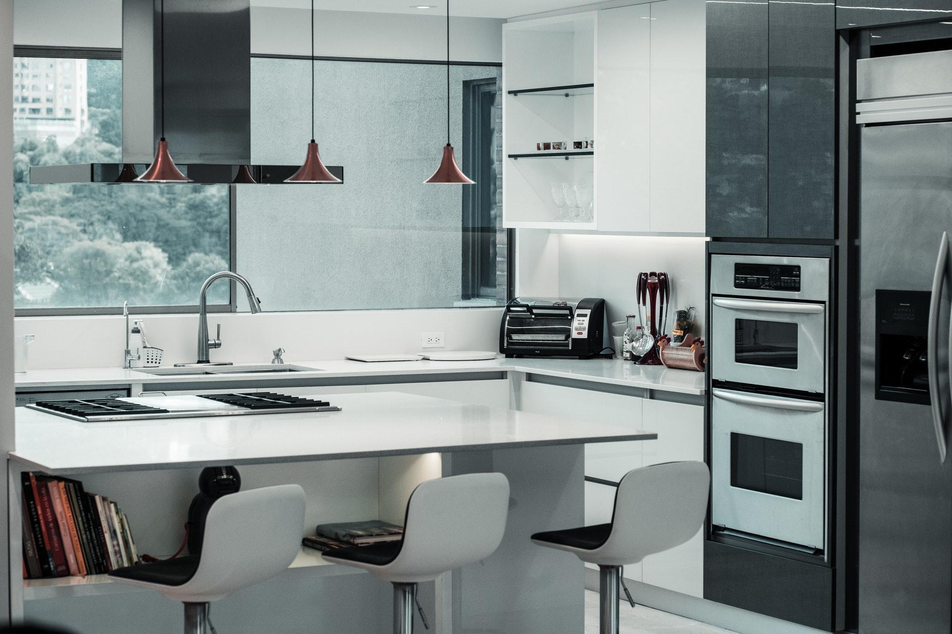 кухня с големи прозорци